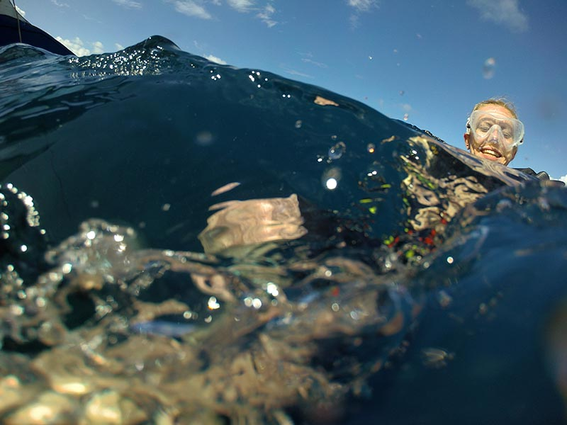 Glad dykare vid ytan